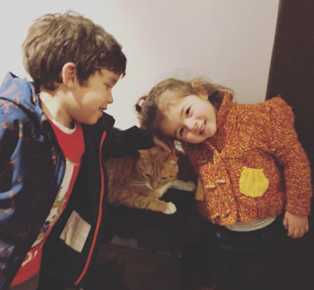 Niños con gato